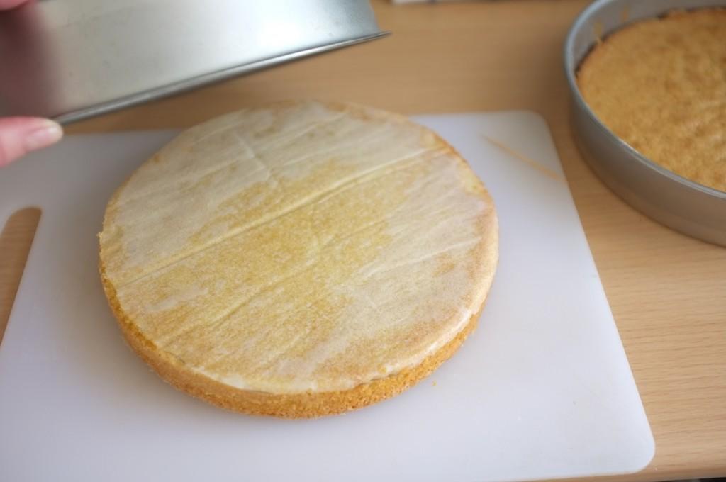 Il se démoule facilement avec le papier cuisson au fond du moule