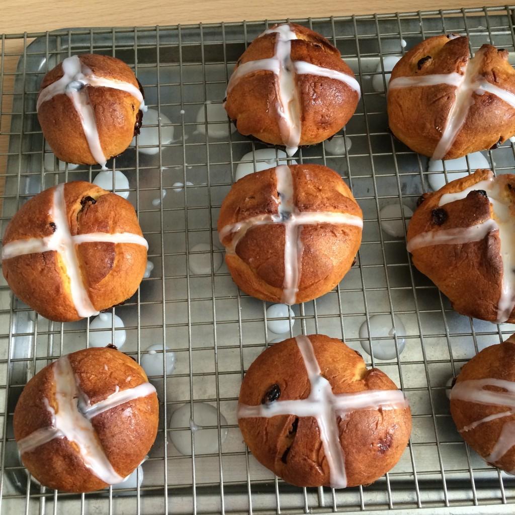 Le glaçage des petits pains de Pâques sèche. J'aime qu'il soit bien blanc alors je passe deux couches de glaçage.