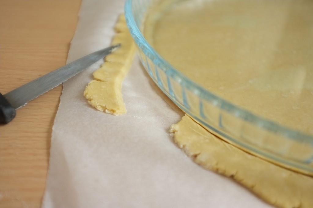 J'utilise un moule à tarte comme modèle de diamètre et je coupe les bords pour qu'ils soient lisses.