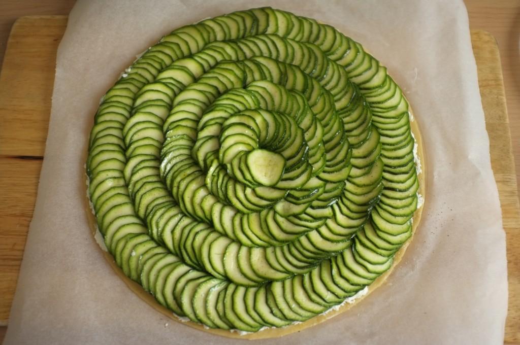 Je dispose les fines rondelles de courgettes, bien serrées et légèrement superposées car la courgette réduit à la cuisson.