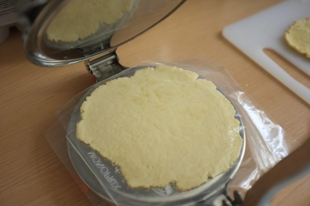 J'aplatie la petite boule de pâte dans ma presse à tortilla, la pâte entre deux feuilles plastique de sachet de congélation.