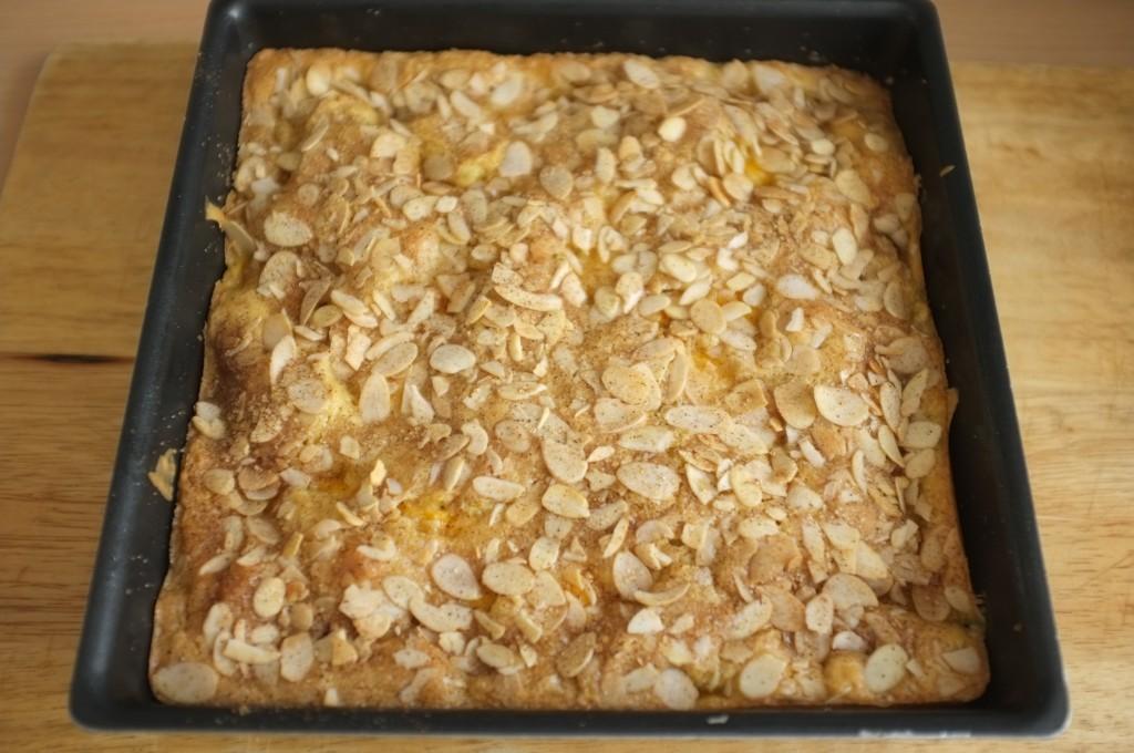 Le gâteau sans gluten pêche et amande à la sortie dur four