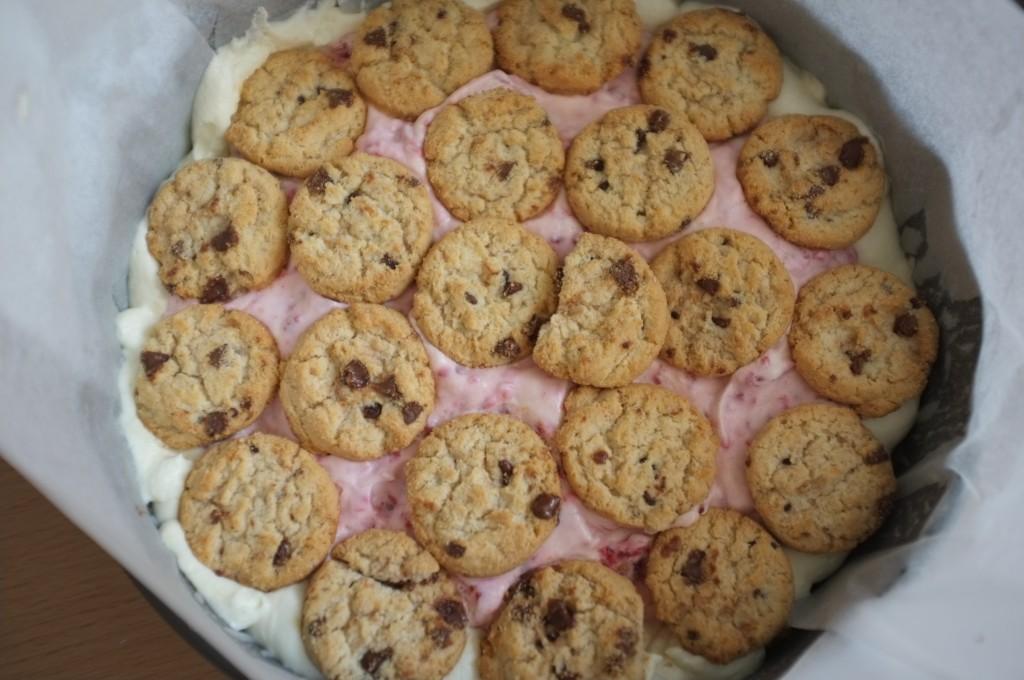 la crème fleurette à la framboise est déposée au centre du gâteau et recouverte d'une couche de cookies sans gluten