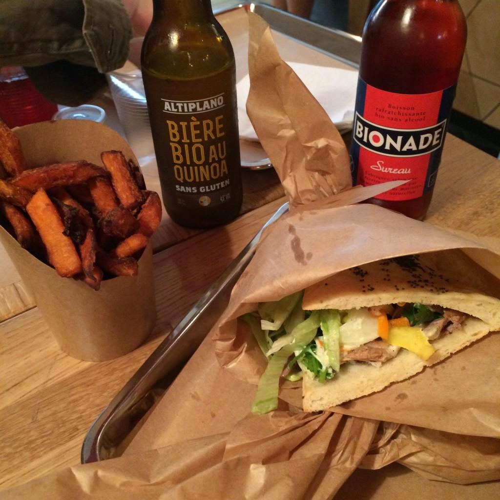 notre table sans gluten, kebabs, frites de patate douce, limonade pour moi et William et bière sans gluten pour mon mari.