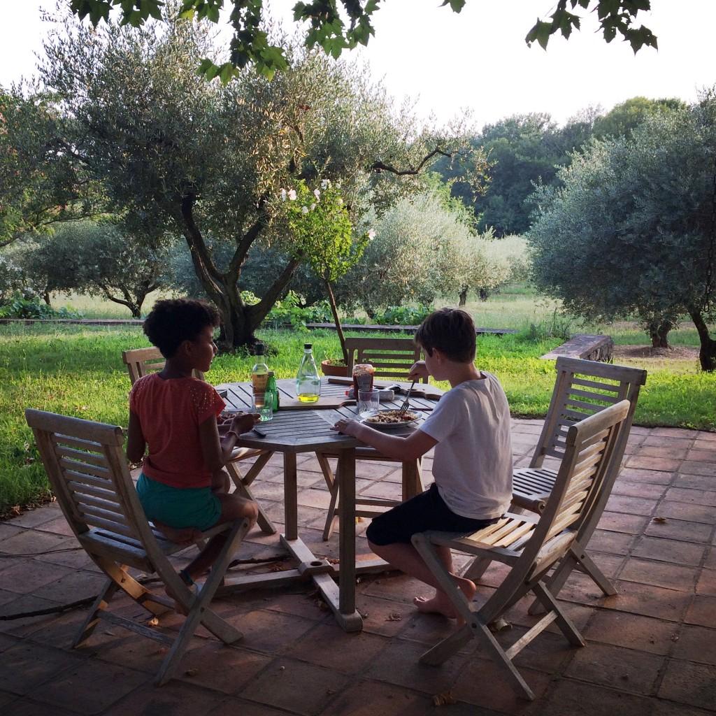 """Emma et William préfèrent diner ensemble loin des adultes...entre déjà  """"pré-ado""""..."""