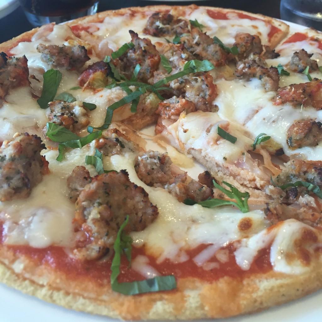 """La Pizzette de mon mari, la """"Cippolle"""": boulette de viande maison, oignos caramélisés, tomate, mozzarella et herbes fraiches"""
