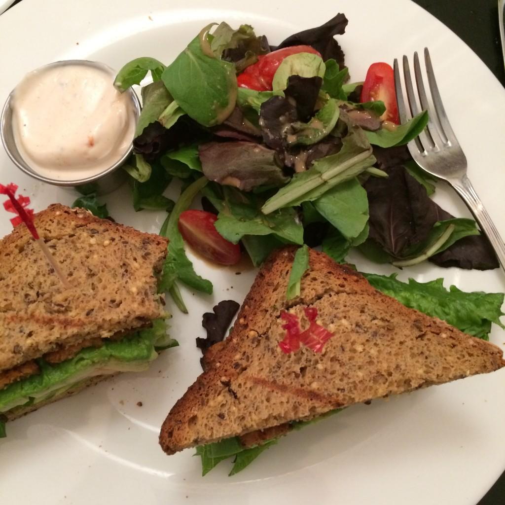 mon sandwich sans gluten du Candle Café. un classique avocat, tomate, salade et tofu grillé avec du pain sans gluten aux céréales.