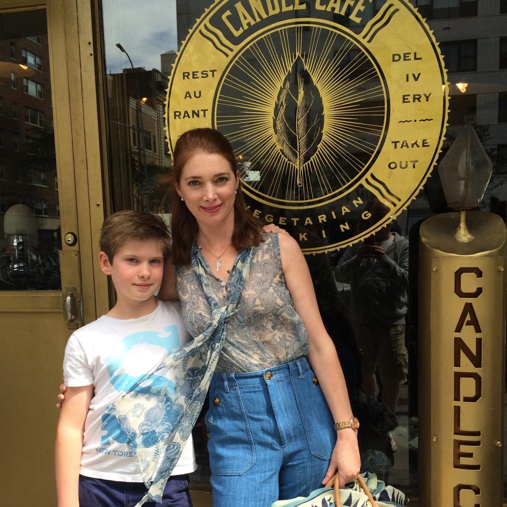 William et moi devant le Candle Café, cantine de quartier pour les sans gluten et végétariens