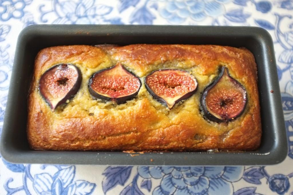 Le pain sans gluten amande, dates et figues à la sortie du four, d'une belle couleur dorée