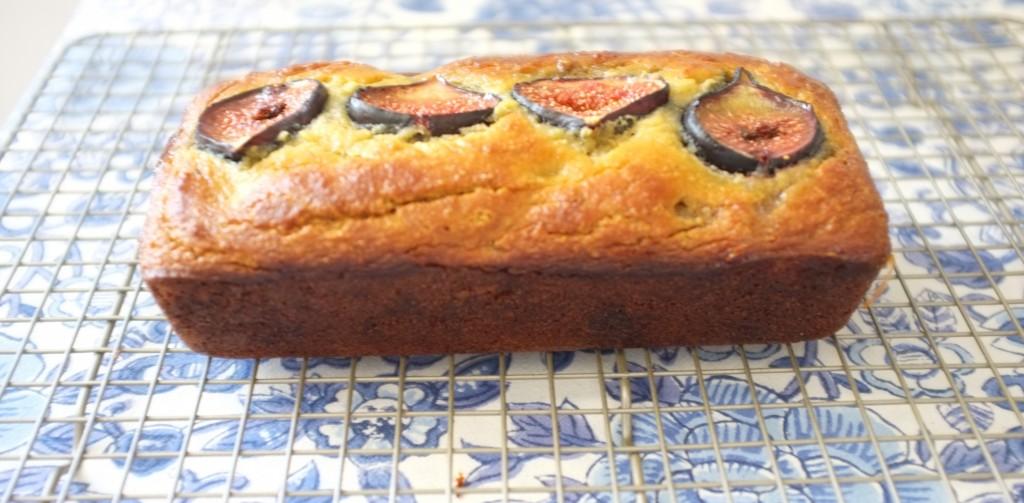 Le pain sans gluten amande, dates et figues refroidi sur une grille