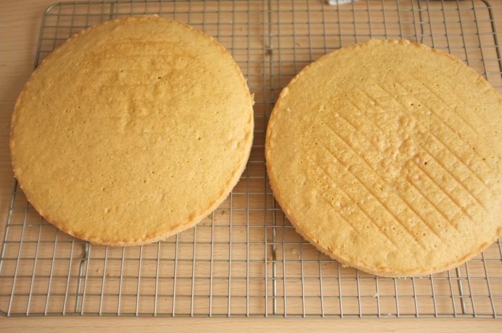 Les deux gâteaux sans gluten refroidissent sur une grille avant d'être garnis