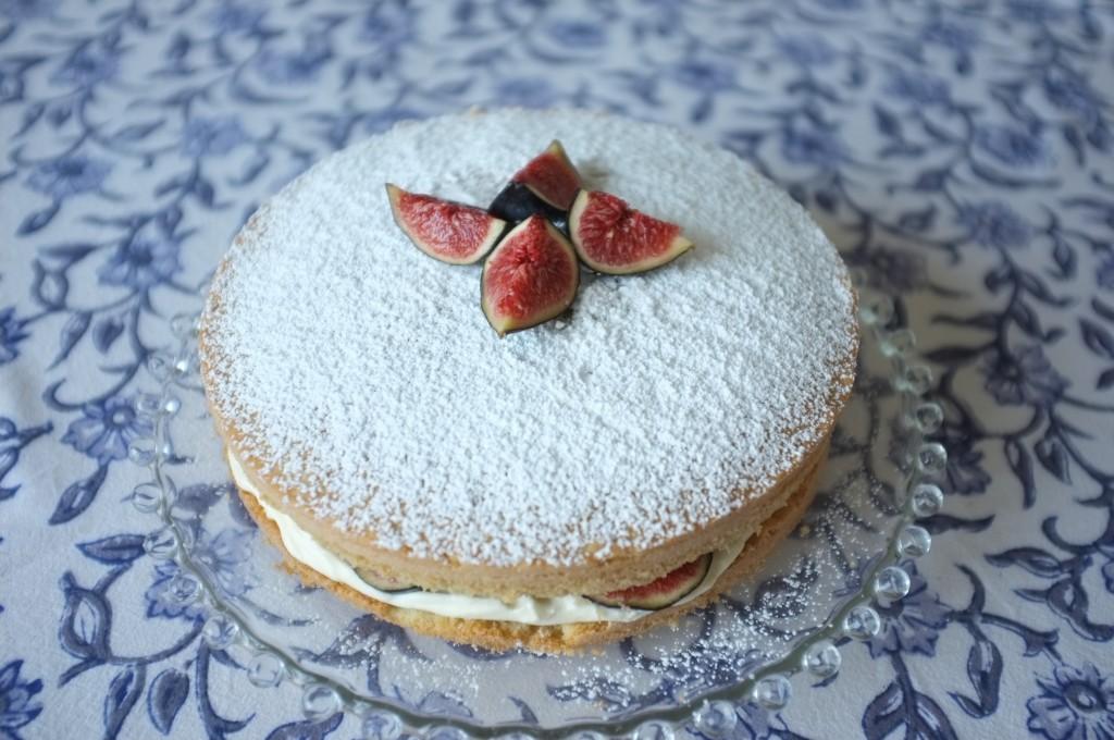 Le gâteau sans gluten à deux étages aux fruits d'automne