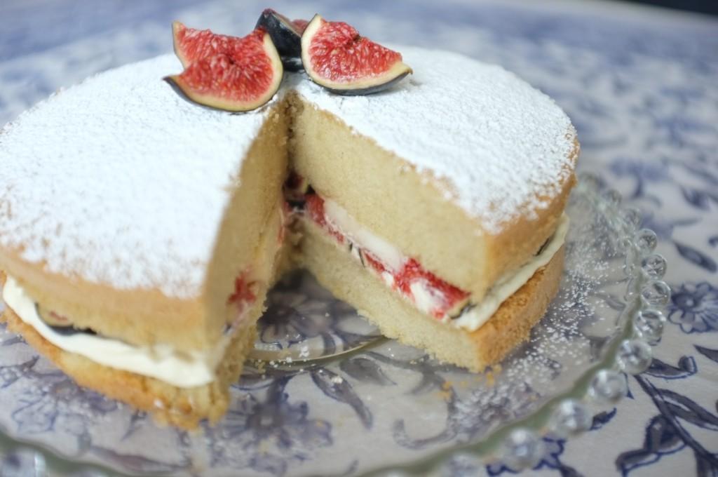 On apperçoit les fruits d'automne et la chantilly maison entre les deux étages du gâteau