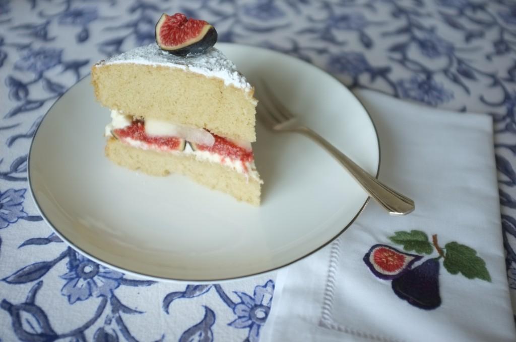 une part du gâteau sans gluten deux étages aux fruits d'automne