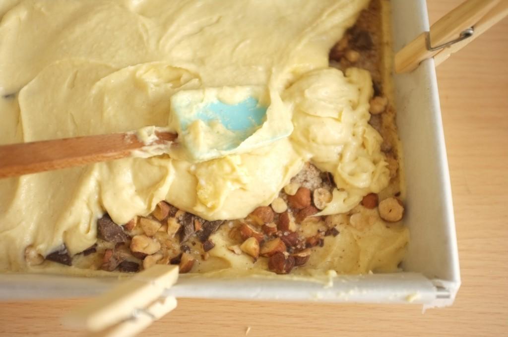 La deuxième partie de la pâte est alors déposée au dessus de la couche de chocolat noisette et cannelle.