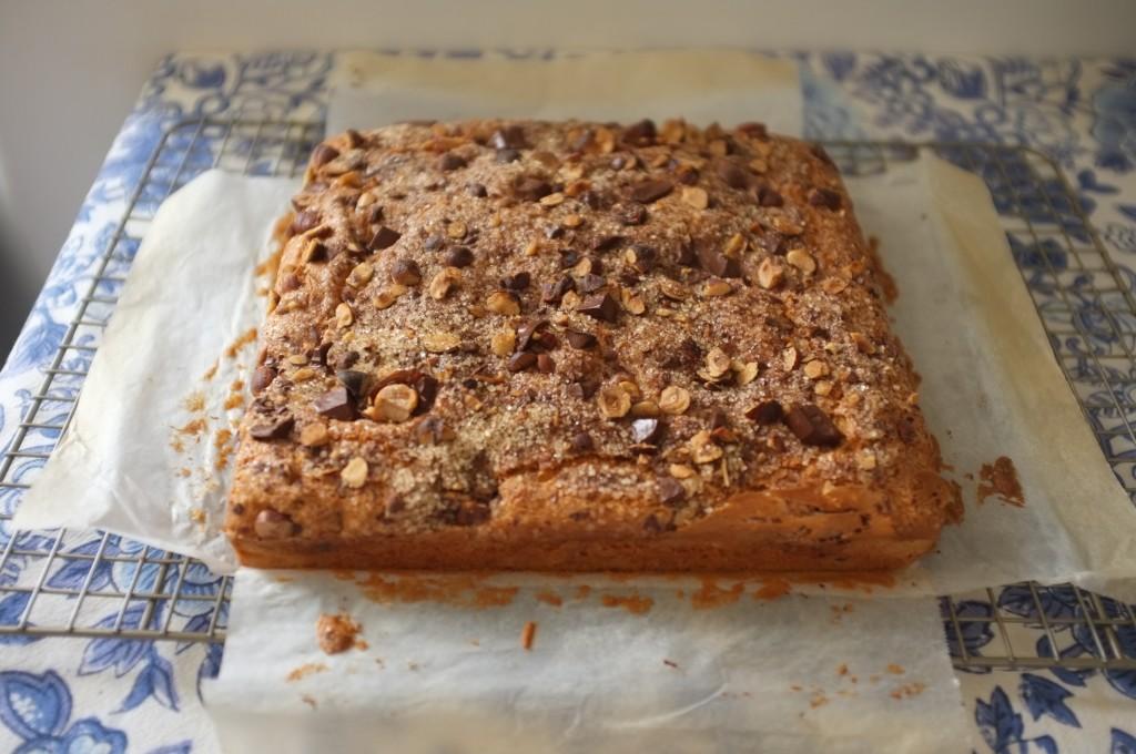 le gâteau chocolat, noisette et cannelle refroidi tranquillement sur une grille.