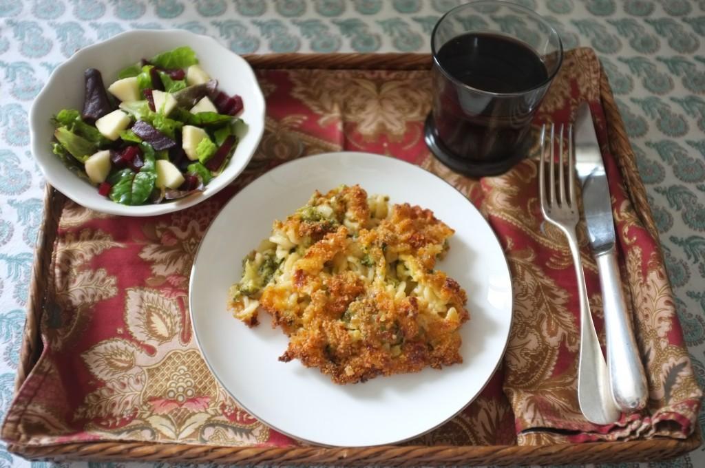 Mon plateau repas avec les pâte brocoli et cheddar et une petite salade avec bétrave et pomme verte