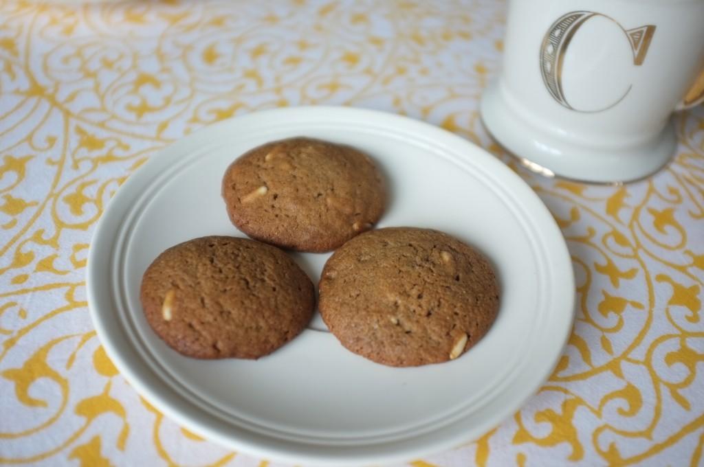 Les snickerdoodles à la châtaigne et aux pignons, que l'on apperçoit dans la pâte.