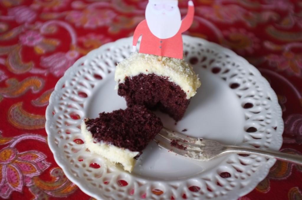 L'intérieur du cupcake Red Velvet n'est pas complètement rouge, mais d'une belle intensité...