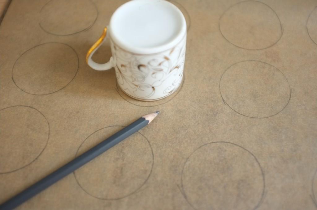 Pour obtenir des choux de même taille, je dessine à l'enver du papier des petits cercles qui seront mon modèle.