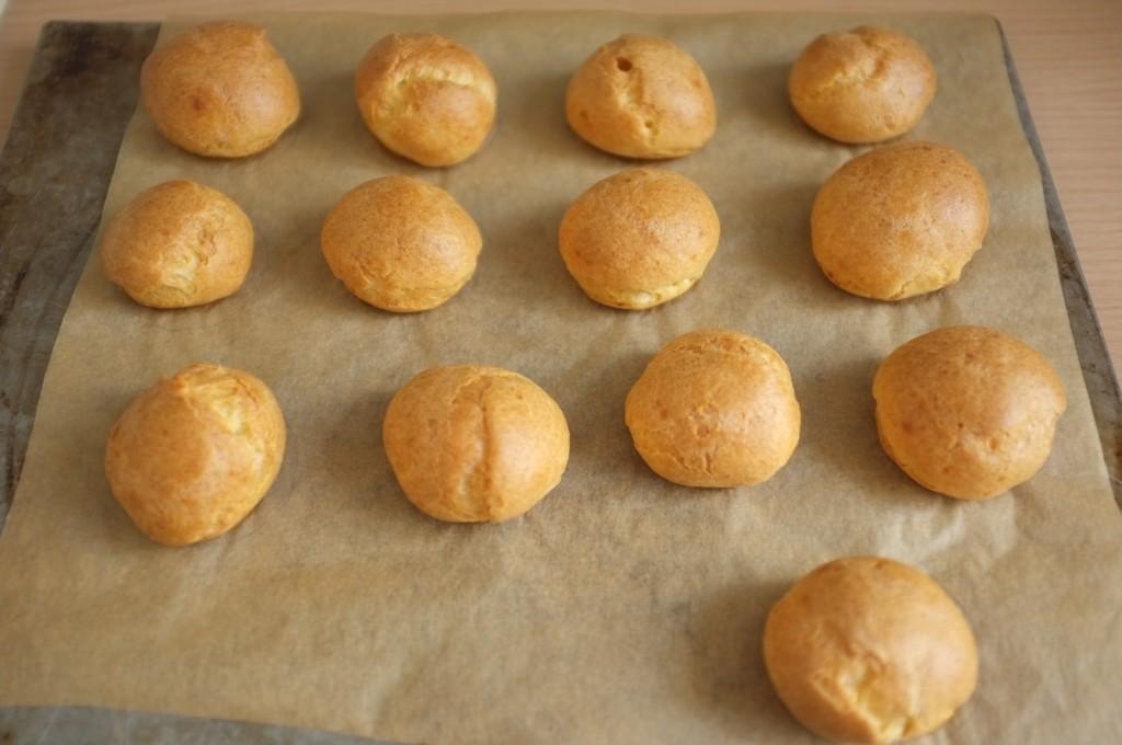 les petits choux sans gluten à la sortie du four, tout gonflés et tout dorés.