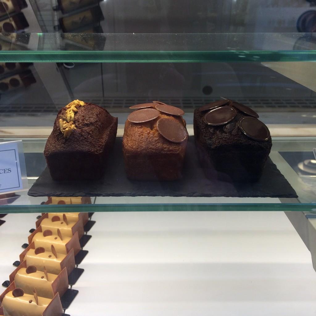Les cakes dans la vitrine du matin...qui se remplie