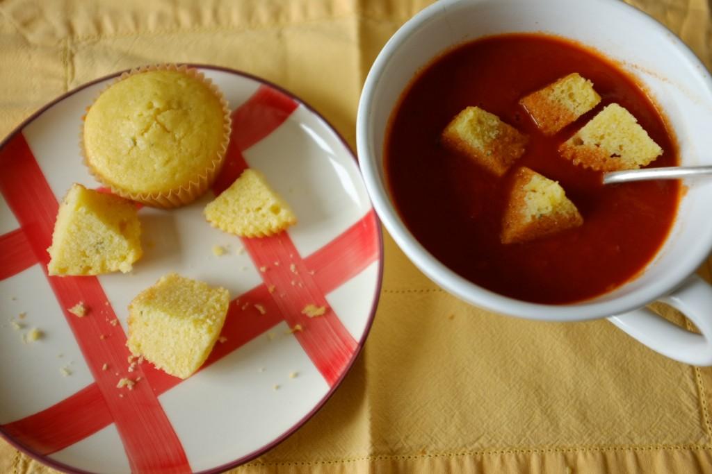 Le velouté de tomate m'a inspiré une des premières recette du blog, les muffins sans gluten au maïs et cheddar pour l'accompagner.