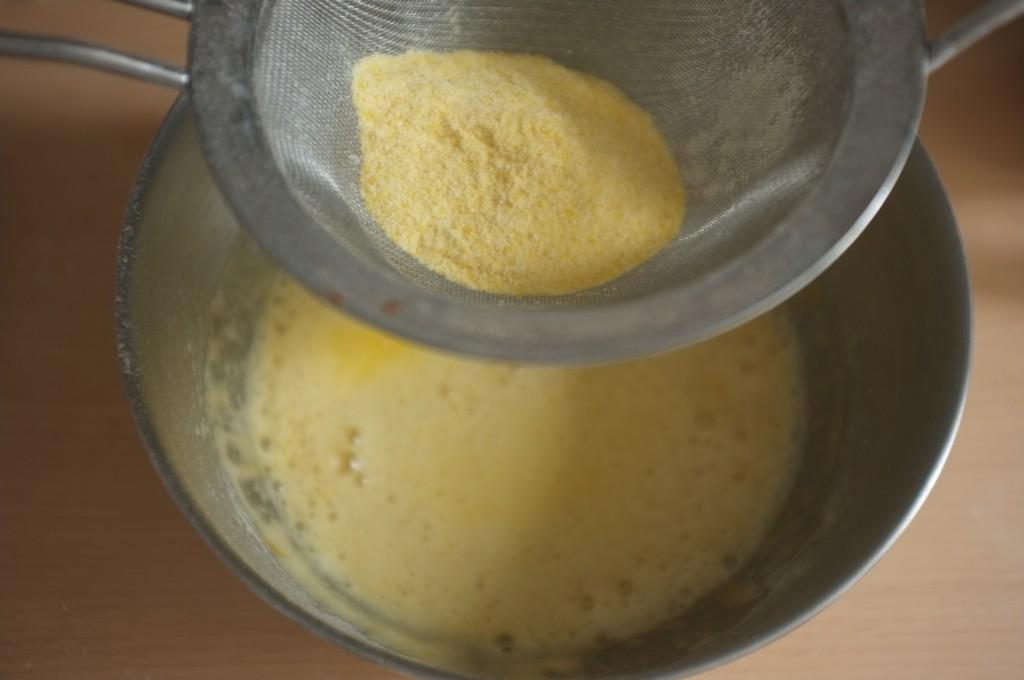 La férine de maïs certifiée sans gluten est tamisé sur les ingrédients humides.