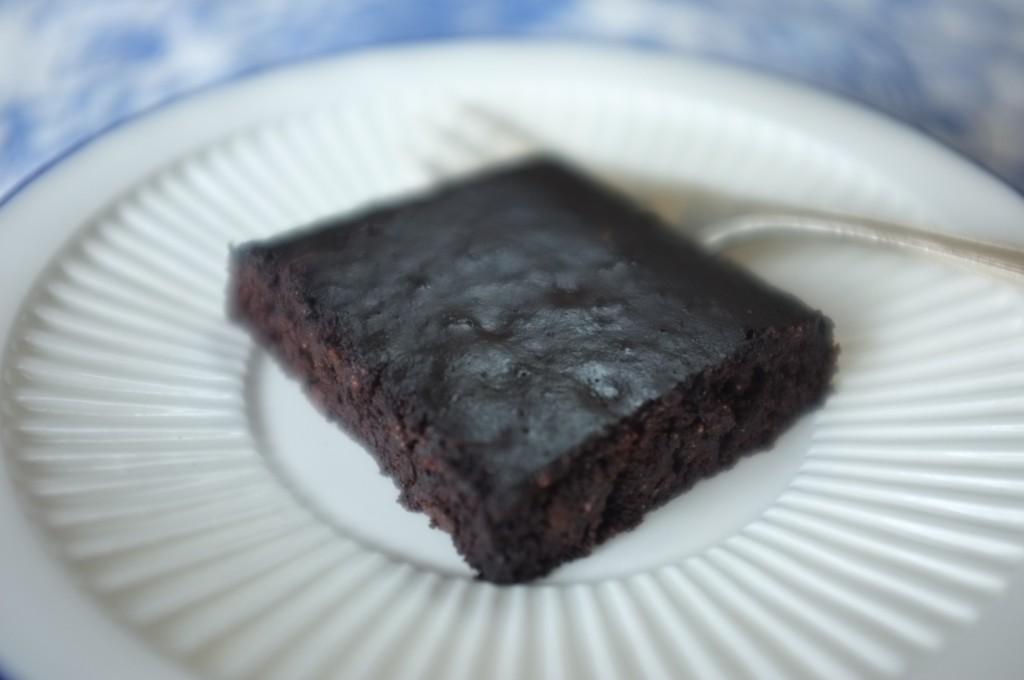 Ce brownie sans gluten est particulièrement brillant par l'utilisation de la fécule de maïs et de l'huile.