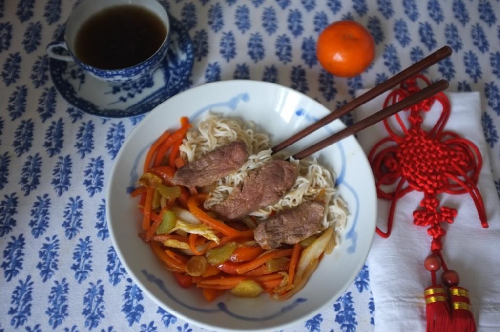 Nos assiettes de nouilles chinoises, légumes et canard sauté au work pour commencer le Nouvel An Chinois 2016