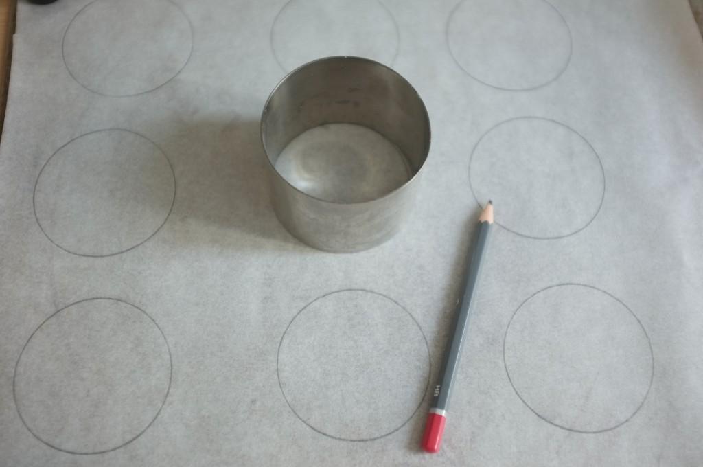 pour avoir un modèle, je dessine à l'envers du papier cuisson les cercle de la taille des cookies