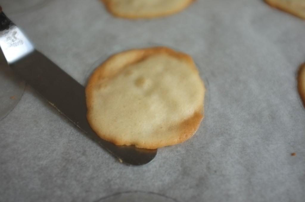 """Je décolle délicatement le """"fortuen cookie"""" à l'aide d'une fine spatule."""