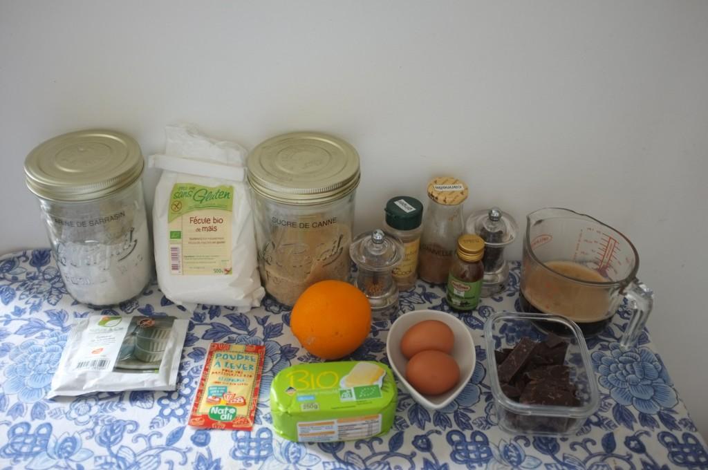 les ingrédients sans gluten pour le pouding vapeur au chocolat épicé