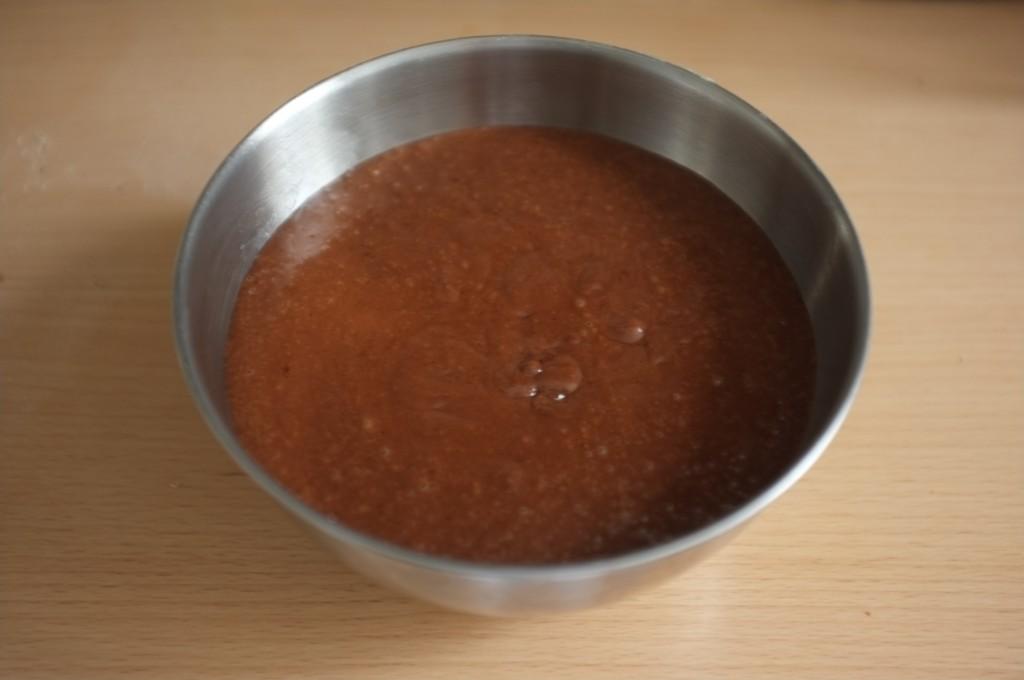 Le pouding sans gluten se cuit à la vapeur dans un saladier en inox.
