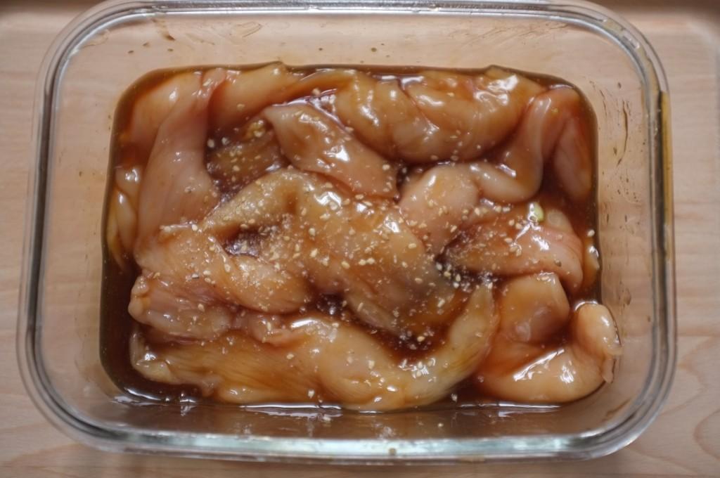 Les blancs de pouletdécoupé en aiguillettes marinent plusieurs heures dans la sauce teriyaki.