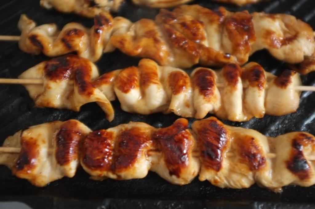 Les brochettes de poulet Yakitori sans gluten, sont bien caramélisées.
