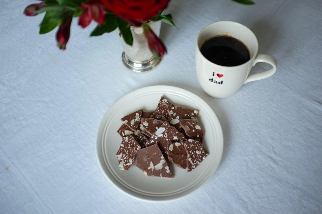 Les brisures de chocolat au lait, relevé de noix de coco et d'amandes avec une pointe de fleurs de sel...