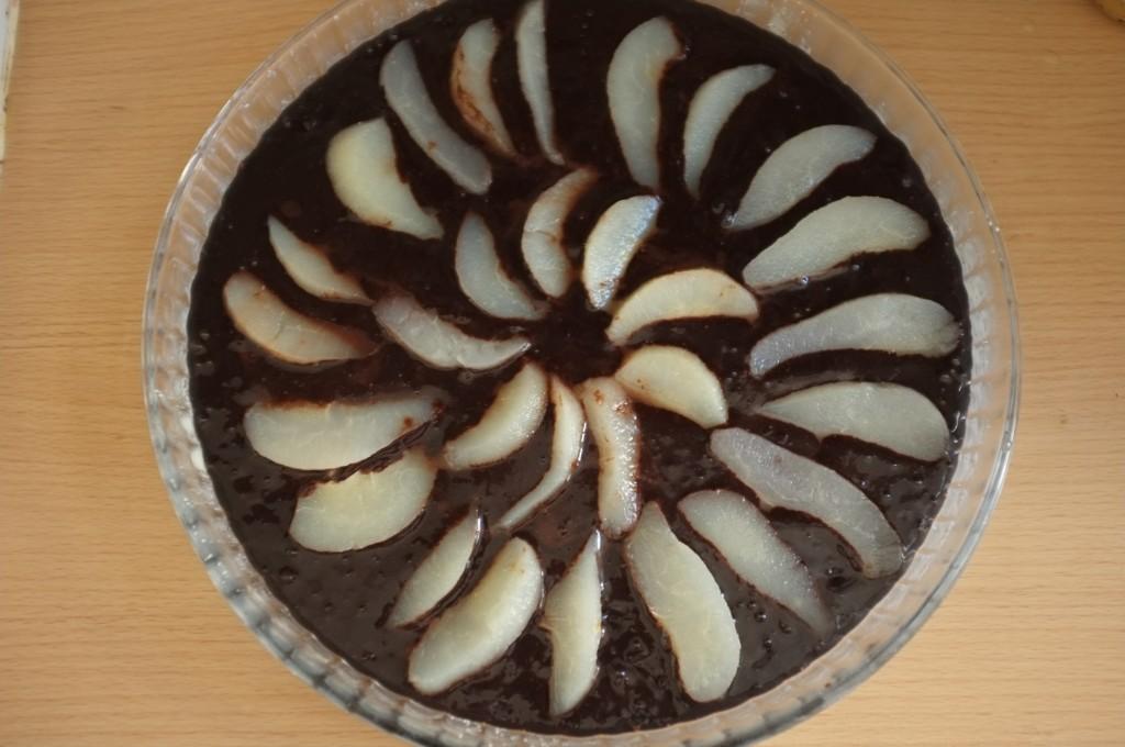 Le gâteau sans gluten poire chocolat est maintenant décoré de poires en conserves tranchées en fines lamelles.