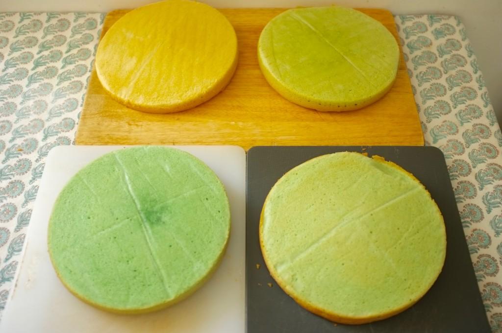 Les 4 gâteaux sortis du four refroidissent, chacun avec une teinte différente.