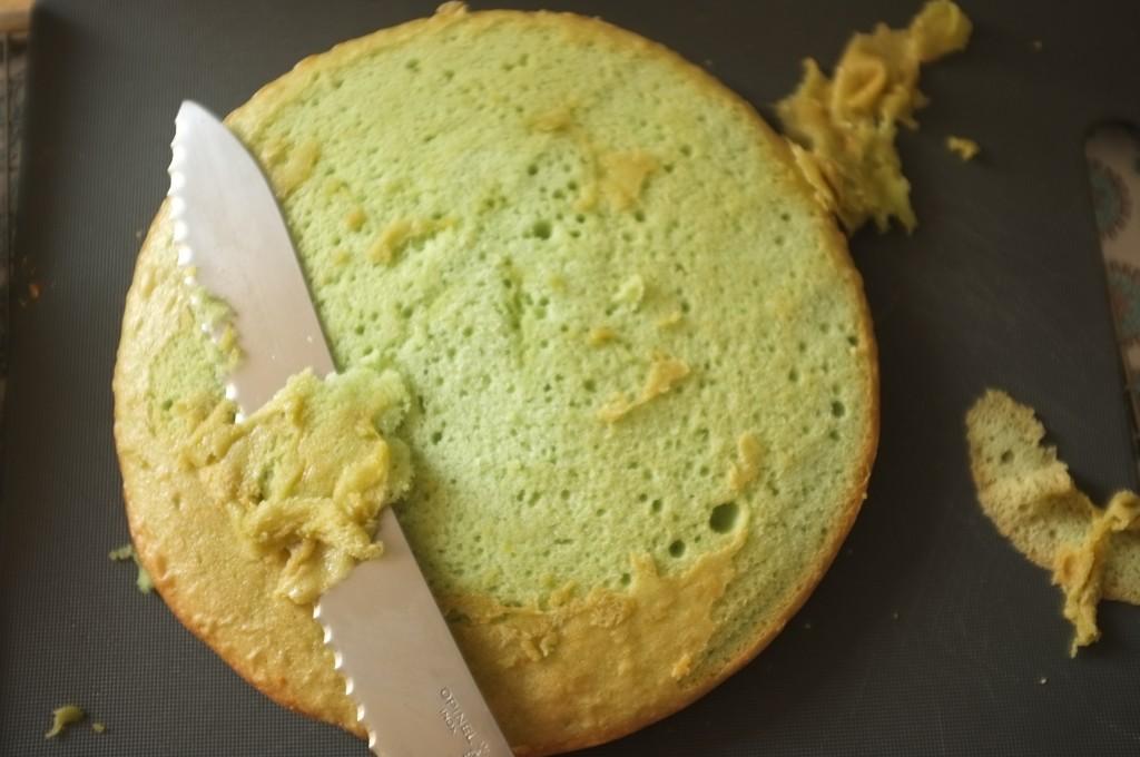 Pour mettre en valeur la belle couleur, je coupe légèrement la croute du dessus de chaque gâteau