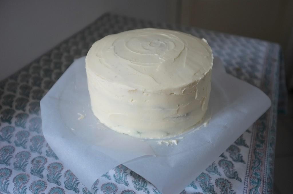 Le gâteau obmré pour la St Patrick est complètement décoré de crème au beurre vanillée.