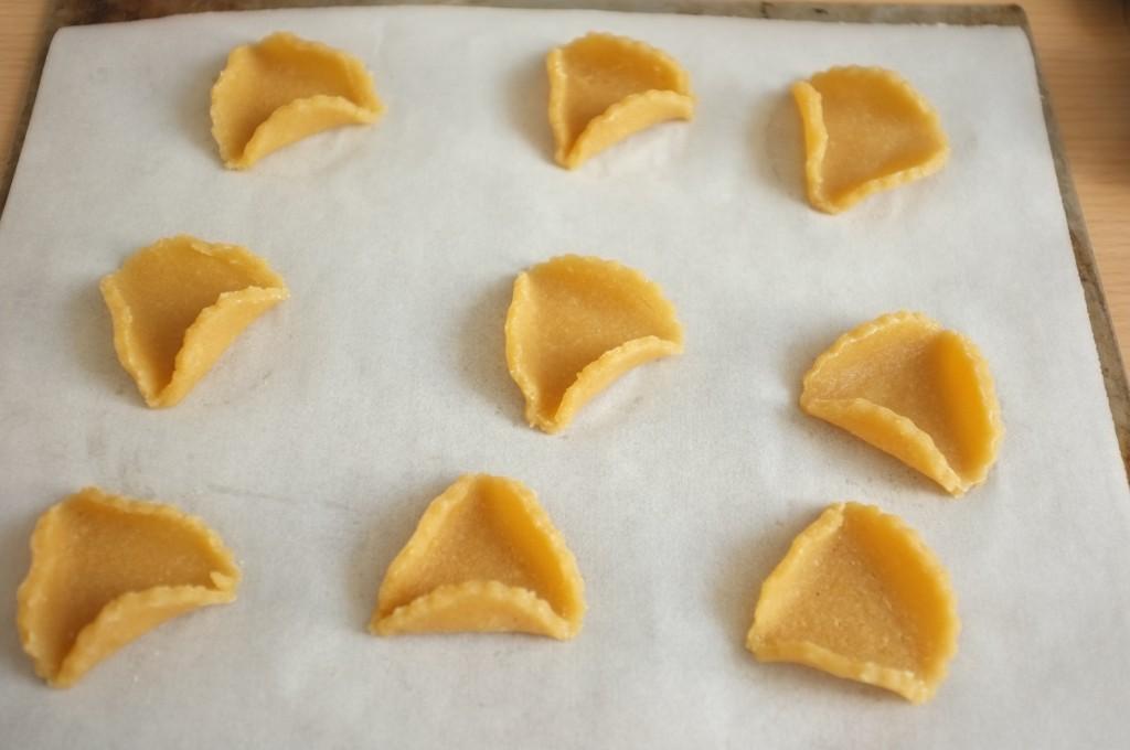 J'aime plier légèrement les biscuit en forme de tricorne avant de placer la confiture à l'intérieur