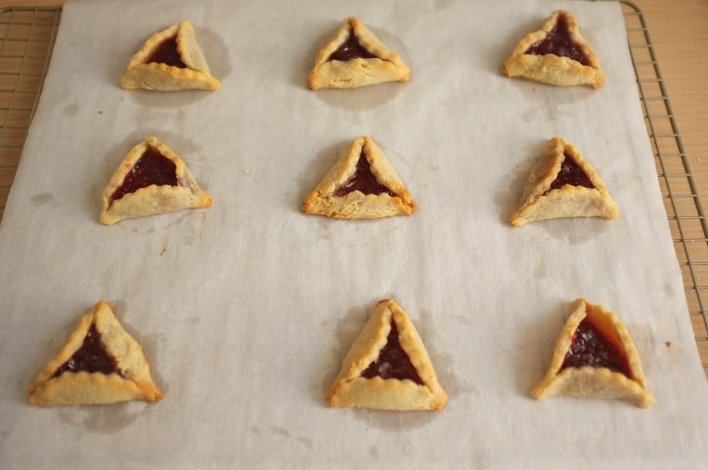Les biscuiits sans gluten Hamantaschen à la sortie du four.