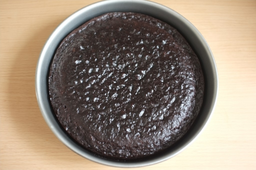 Le gâteau sans gluten au chocolat pour Pâques à la sortie du four.