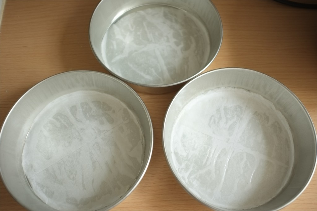 Les trois moule de 18cm de diamètre sont beurré et le papier cuisson au fond également