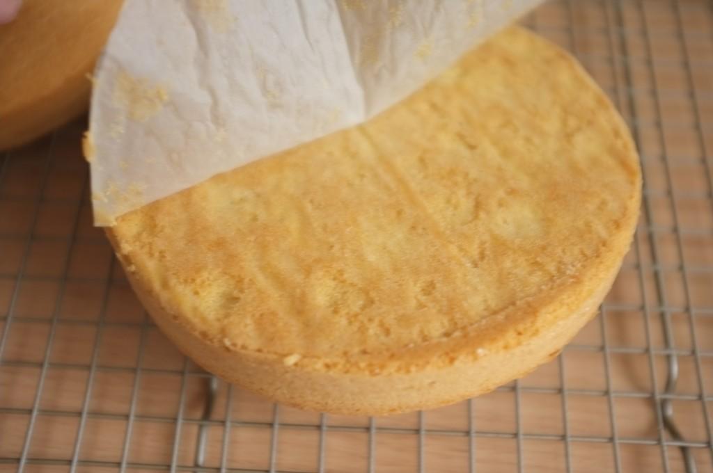 Une fois un peu refroidi, je démoule les gâteaux sans gluten et retire la feuille de papier cuisson du dessous.