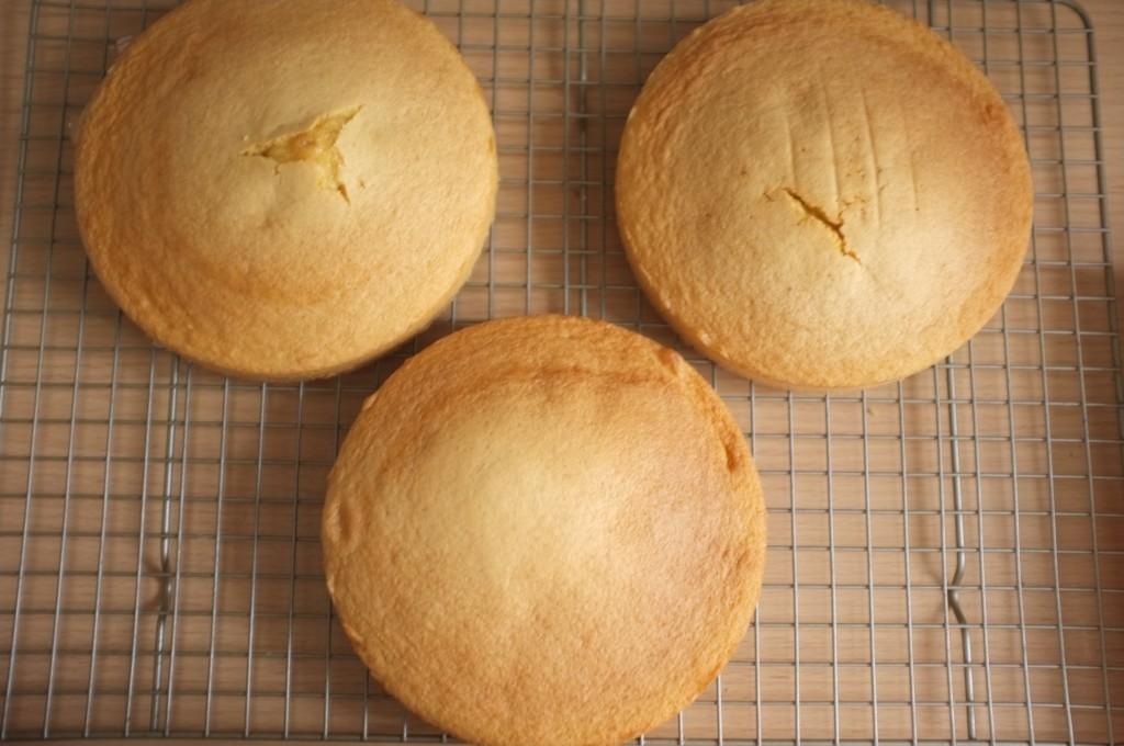 Les trois gâteaux sans gluten au citron refroidissent complètement