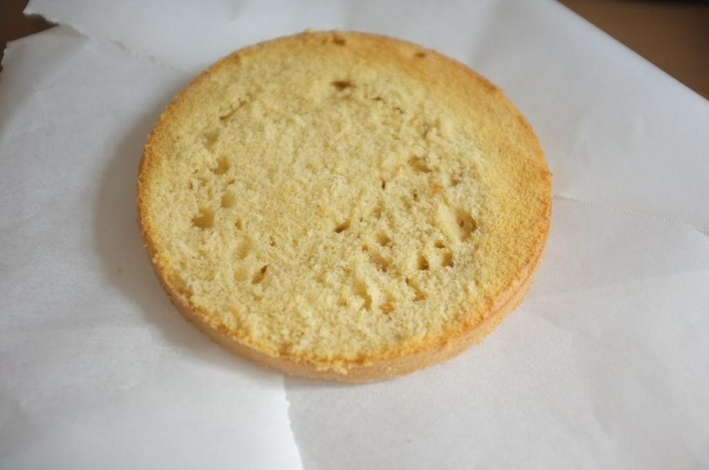 Je protège le plat de service par de fines feuilles de papier cuisson que je glisse sous le gâteau.