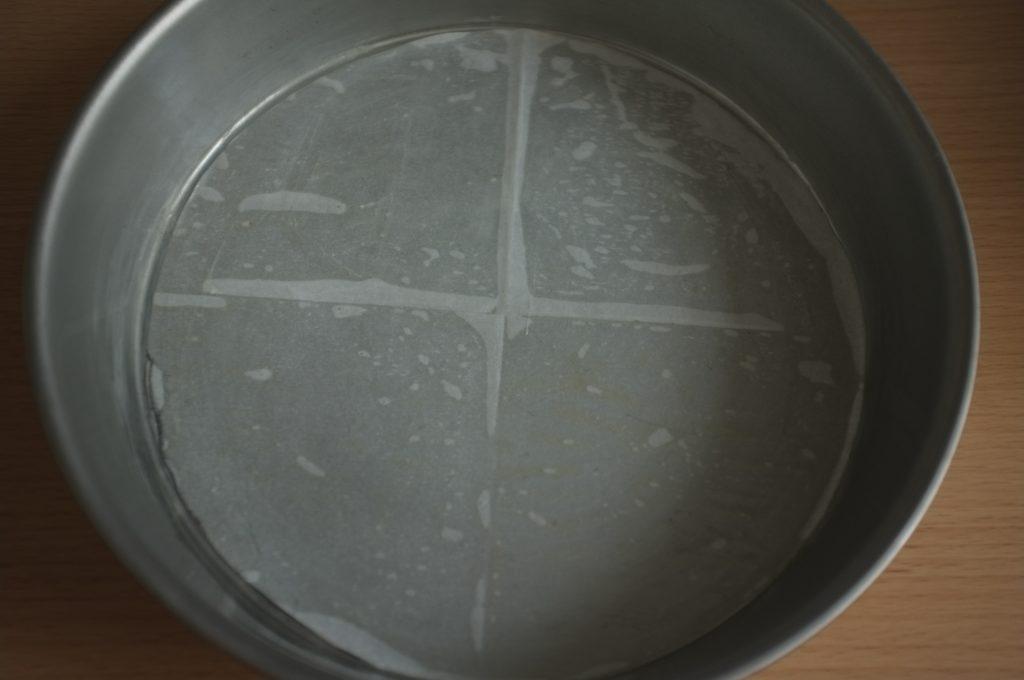 Le moule est graissé et le fond est recouvert d'une feuille de papier cuisson légèrement graissé également à l'huile de coco.