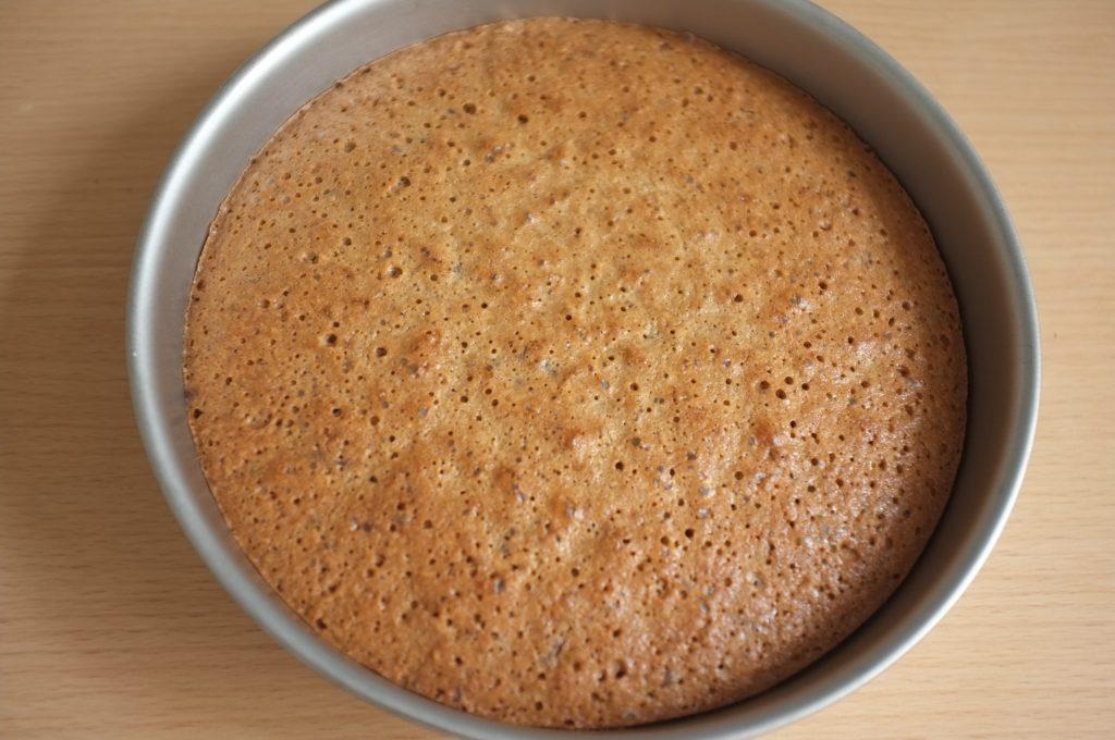 Le gâteau sans gluten châtaigne, coco et chocolat à la sortie du four